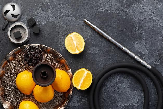 シーシャパーツ、タバコ、レモンのクローズアップ写真