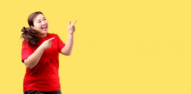 충격과 깜짝 얼굴, 아시아 여자 점프와 손가락을 가리키는