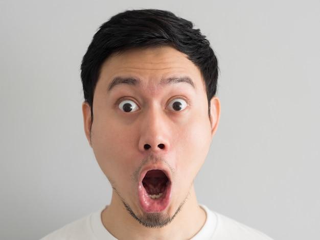 アジア人ヘッドショットのショック顔。