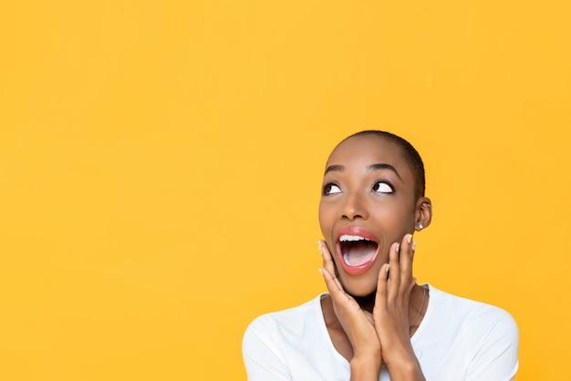 あえぎ、見上げる頬に手でショックを受けたアフリカ系アメリカ人女性