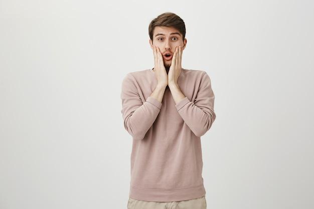 Шокированный и обеспокоенный мужчина задыхается от удивления, отвисшая челюсть