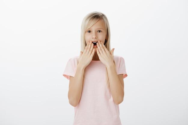 Шокированная и впечатленная маленькая блондинка задыхаясь, удивленная отвисшая челюсть