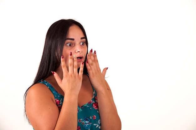 彼女の手を口を覆って叫んでショックを受けて驚いた女の子