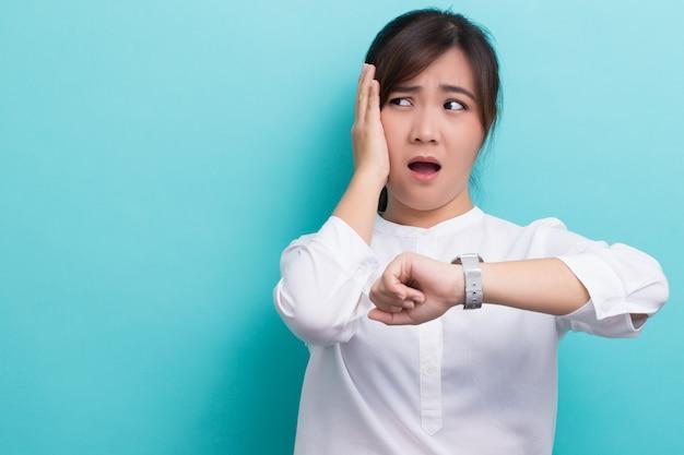 ショックを受けたアジアの女性は今回チェックし、彼女は遅れています