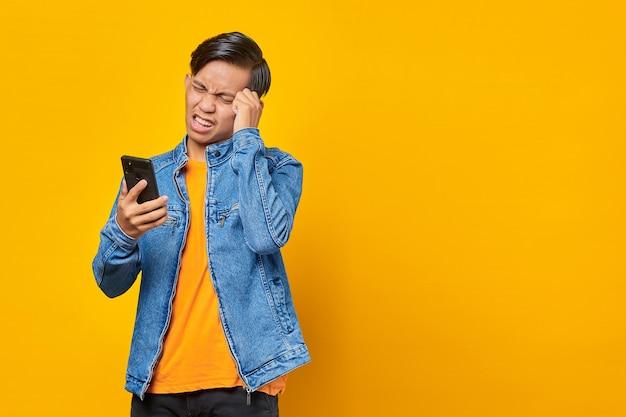 스마트폰으로 메시지를 보고 충격을 받은 아시아 젊은이