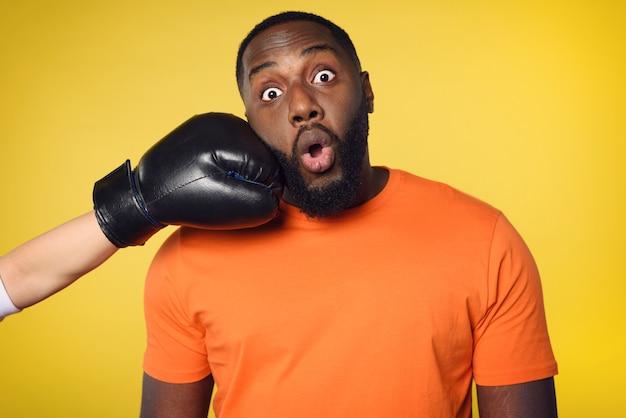 충격 된 흑인 남자는 누군가로부터 펀치를받습니다