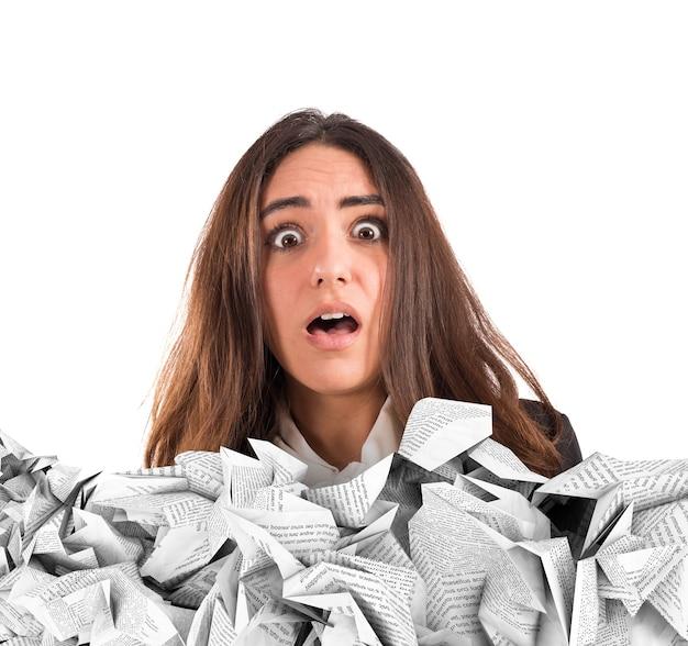 Шокированная бизнес-леди, погруженная в рабочие документы