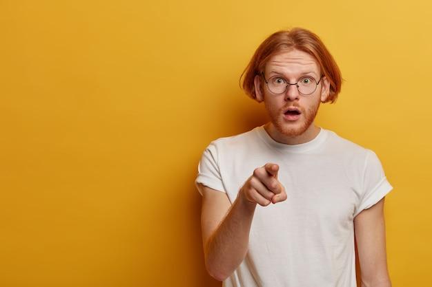 Uomo barbuto imbarazzato scioccato con barba e capelli rossi