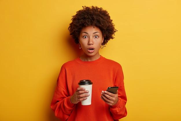 La donna etnica scioccata riceve un messaggio scioccante sullo smartphone