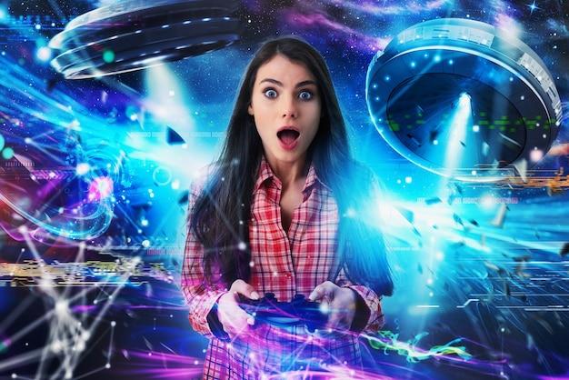 Шокированная девушка играет в онлайн-видеоигры с нло. концепция технологий и развлечений