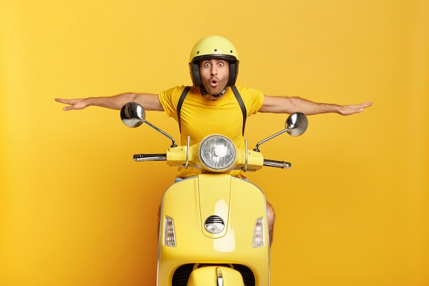 노란색 스쿠터를 운전하는 헬멧으로 충격 된 남자