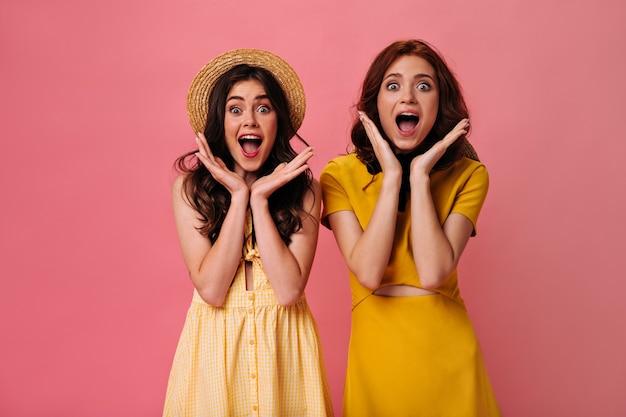 Шокированные дамы в желтых платьях смотрят в камеру