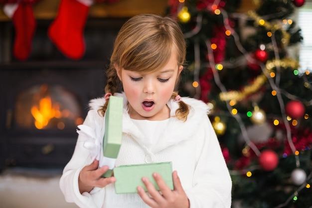 ショックを受けた少女が贈り物を開く