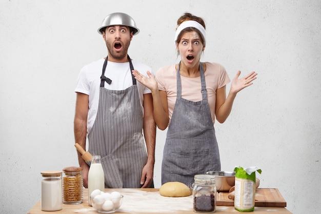 I cucinieri maschi e femmine scioccati si rendono conto di avere una scadenza