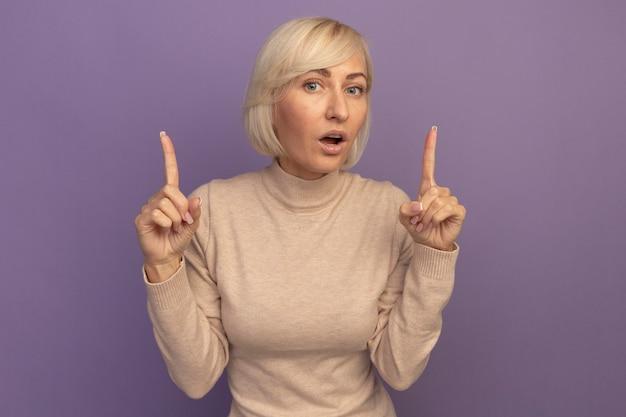 紫に両手で上向きのショックを受けたかなり金髪のスラブ女性