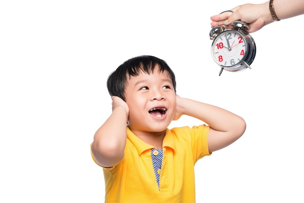 그의 엄마에게서 주는 큰 알람 시계와 함께 충격을 받은 학생.