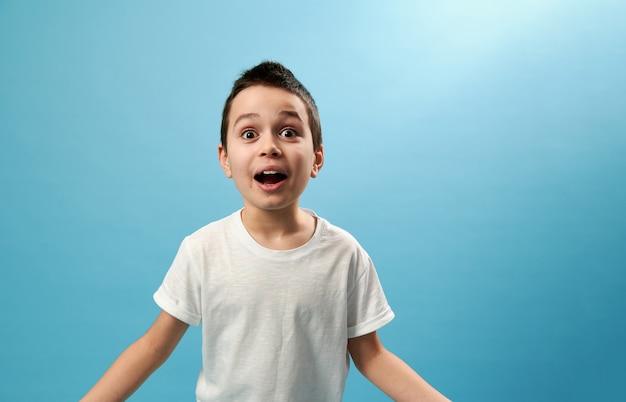 Шокированный школьник выражает удивление спереди