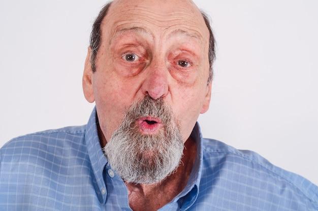 ショックを受けた年配の男性