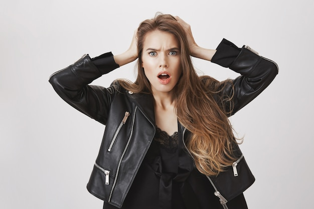 Donna traumatizzata scioccata ansimante, tenere le mani sulla testa