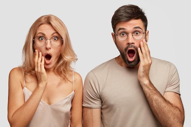 Шокированная жена и муж узнают, что очень рано станут бабушкой и дедушкой, и держат челюсти