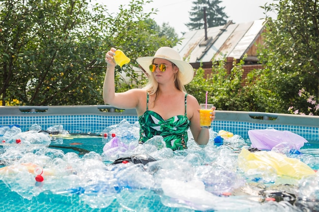 더러운 수영장에서 충격 된 여자.