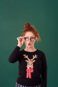 クリスマスの服を着てショックを受けた女性