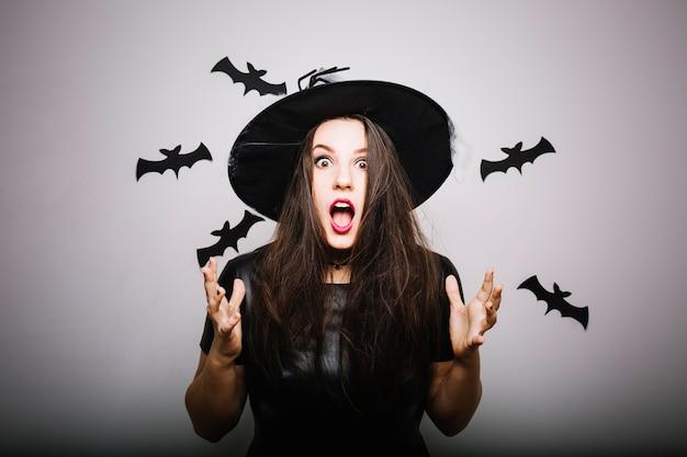 Потрясающая женщина в шляпе ведьмы