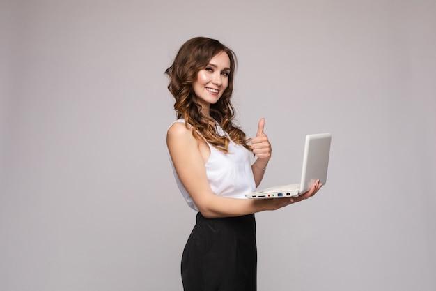 コンピューターを維持するショックを受けた女性孤立した背景に驚いた若い実業家