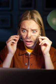 彼女のラップトップを見てショックを受けた女性