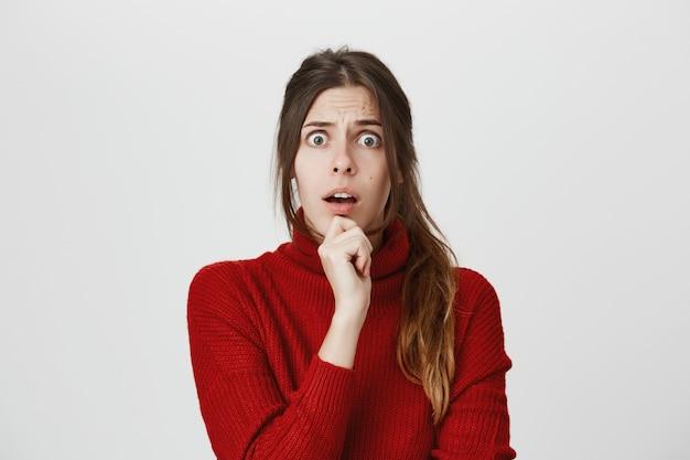 Шокированная женщина выглядит обеспокоенной