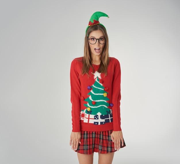 Donna scioccata con vestiti di natale