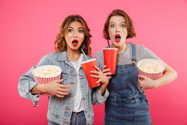 Шокированные подруги едят попкорн смотреть фильм