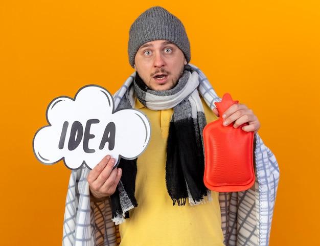 Scioccato giovane biondo slavo malato che indossa sciarpa e cappello invernale