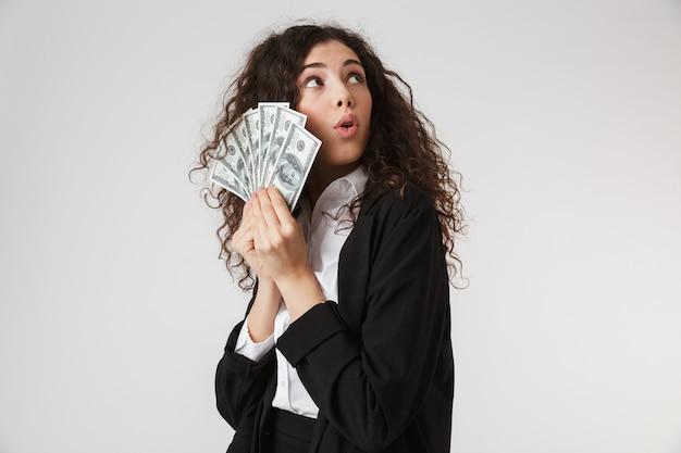 お金でショックを受けた若いビジネス女性