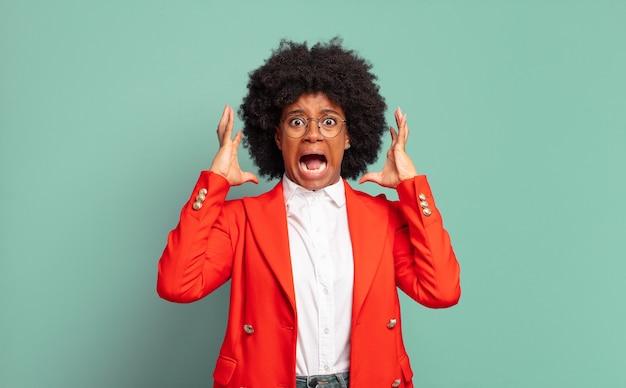 悲鳴を上げるショックを受けた若いかなり黒人女性