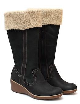 Обувь - две зимние сапоги, изолированные на белом