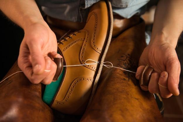 ワークショップで靴を作る靴屋