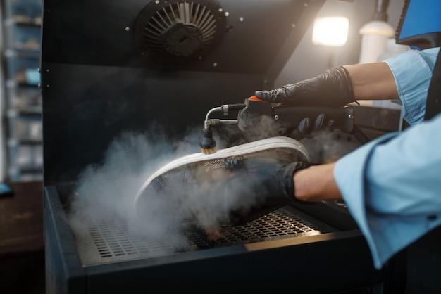靴屋は特別な機械で靴を処理します