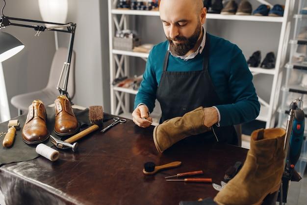 靴屋が靴を縫う、履物修理サービス