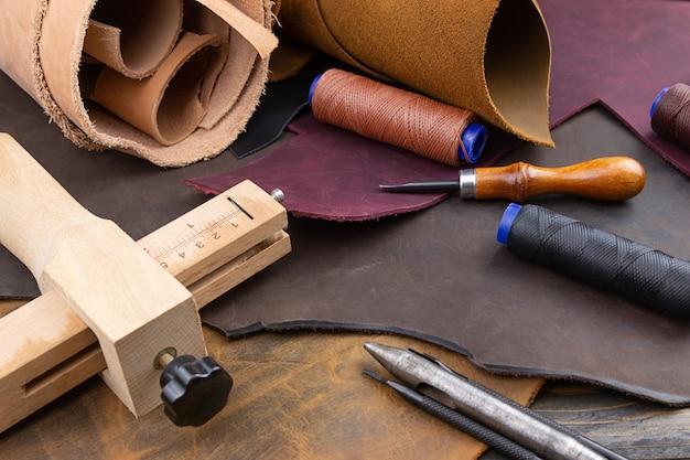 靴屋の道具は革工房の作業台に置かれます