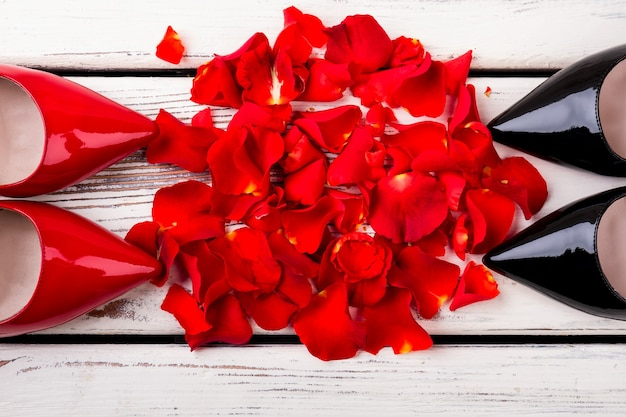 バラの花びらの中の靴女性に優しい女性の靴の上面図