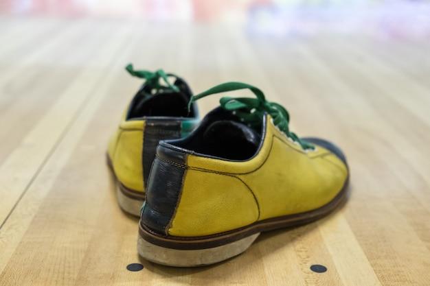 パケ材に黄緑色のボウリング靴