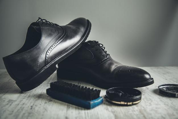 机の上の靴の掃除と修理