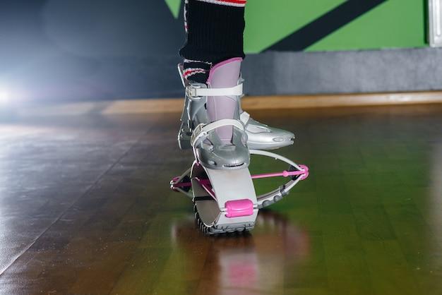 체육관 클로즈업에서 에어로빅 신발입니다. 건강한 생활.