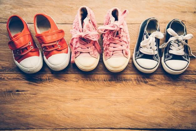 Обувь для детей на деревянном полу