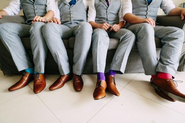 결혼식에서 신랑과 그의 친구 신발