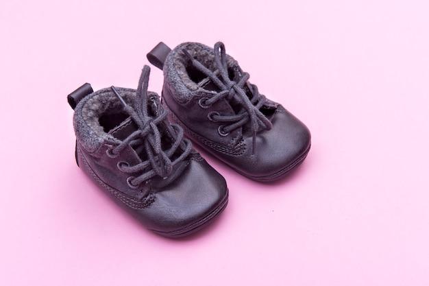 Обувь на ярко-розовом в детской комнате