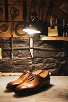 Обувь на столе в обувной мастерской.