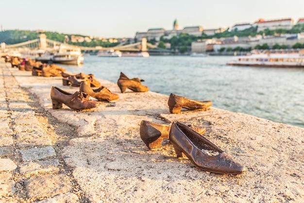 Памятник «ботинки на берегу дуная» как памятник жертвам холокоста во время второй мировой войны на берегу дуная, будапешт, венгрия.