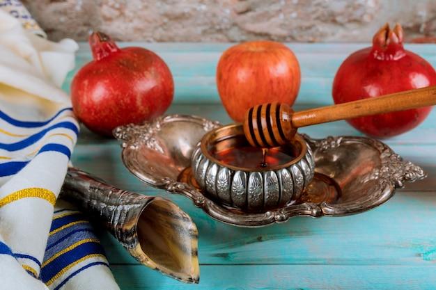 Шофар и талит со стеклянной банкой для меда и свежими спелыми яблоками. еврейские новогодние символы. рош ха-шана